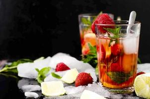 erfrischendes Sommergetränk mit Erdbeere foto