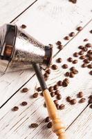 Kaffeekanne und verstreuter Kaffee