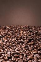 Kaffeebohnen auf braunem Hintergrund foto