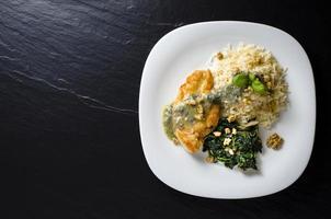 gebratene Hühnerbrust mit Spinat, Reis und Gorgonzola-Sauce foto