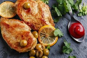 gebratene Hühnerbrust mit Zitrone foto
