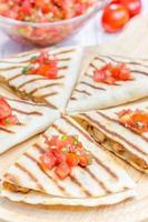 hausgemachte Hähnchen-Käse-Quesadilla mit Salsa foto
