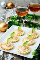 Törtchen mit Lachsmousse, Garnelen und Gurken foto