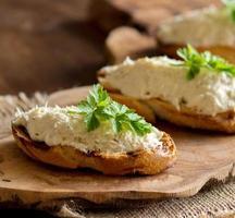 geröstetes Brot mit einer gesalzenen Kabeljau-Mousse foto