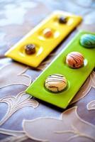 bunte Macarons im Bett foto