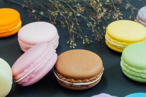 Macarons auf Schwarz, Vintage-Ton foto