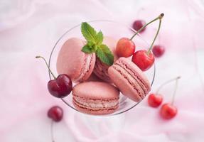 rosa französische Macarons mit Kirsche