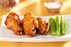 BBQ Buffalo Chicken Wings mit Ranch Dip und Sellerie foto
