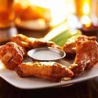 Hühnerflügel und Bier