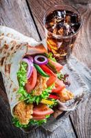leckere Tortilla mit Hühnchen und Gemüse foto