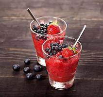 hausgemachtes frisches Erdbeersorbet foto