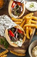 hausgemachter Fleischkreisel mit Tzatziki-Sauce und Pommes Frites foto