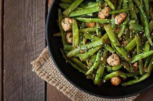 grüne Bohnen gebraten mit Hühnerfleischbällchen und Knoblauch nach asiatischer Art foto