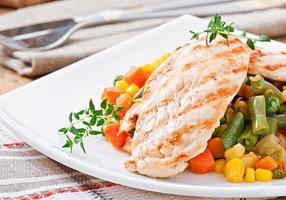 Gegrillte Hähnchenbrust und Gemüse foto