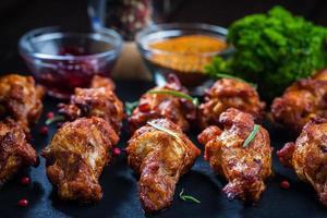 Grill Hühnerflügel mit Gewürzen und Dip foto