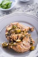 gebratene Hähnchenschenkel mit Oliven und Walnüssen, Sacivi foto