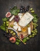 Käseteller Gorgonzola und Camembertkäse mit Messer für Käse foto