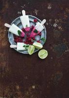 Himbeer-Limetten-Yougurt-Eis oder Eis am Stiel mit frischen Beeren
