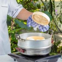 Koch mit Dim Sum Brötchen