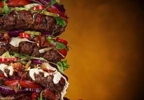 leckerer großer Hamburger auf Holz foto