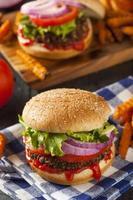 hausgemachter gesunder vegetarischer Quinoa-Burger mit Salat foto