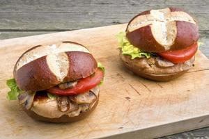 Gegrilltes Schweinesteak-Sandwich (Burger) mit Pilzen
