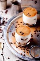 Tiramisu mit Kaffee- und Rumgeschmack in Glasbechern foto