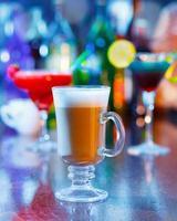 irischer Kaffee im Barinneren foto