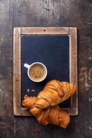 Kaffeetasse und Croissants foto