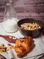 Croissant, Müsli und Milch foto