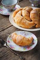 Croissants mit Zucker auf Holztisch foto