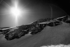 Bergblick in den Alpen gegen direktes Sonnenlicht