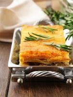 hausgemachter Kartoffelgratin mit Fleisch und Käse foto