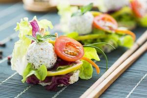 gesundes Reis-Canape mit Eiweißkäse und Kirschtomate foto