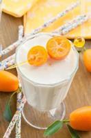 Milchshake mit Kumquats foto