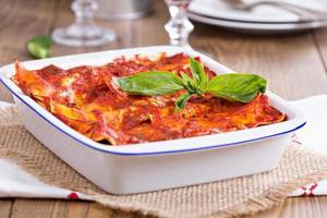 vegane Tofu-Lasagne mit Tomatensauce foto