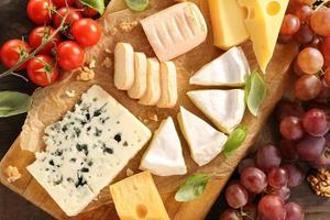 Käseplatte verschiedene Arten von Käsezusammensetzung foto