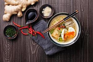 asiatische Miso-Ramen-Nudeln mit Ei, Tofu und Enoki