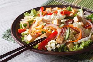 Diät-Salat mit Tofu und frischem Gemüse horizontal
