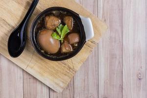 thailändisches Essen: Ei mit Schweinefleisch und Tofu gedünstet foto