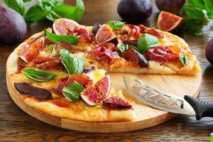 Pizza mit Feigen, Schinken und Mozzarella. foto