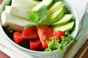 Salat nach asiatischer Art mit Tofukäse, Avocado und Tomate foto