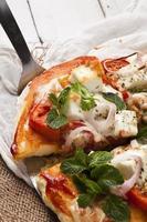 hausgemachte vegetarische Pizza mit Hüttenkäse und Tomaten garni foto