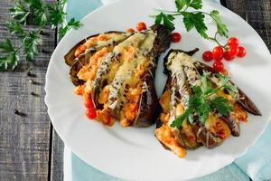 gebackene Auberginen mit Käse, Tomaten und Hühnchen foto