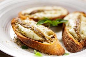 Crostini mit Fisch, Mozzarella und Oregano foto
