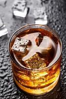 Glas mit alkoholischem Getränk