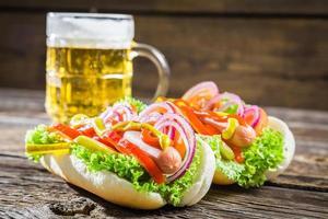 frischer Hot Dog mit Wurst und Gemüse