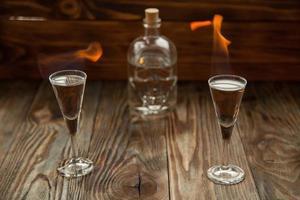 Schnapsgläser mit Alkohol in Flammen foto