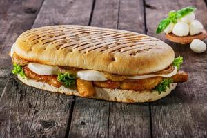 Gegrilltes Sandwich mit Hühnchen und Mozzarella foto