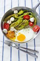 Frühstück in einer Pfanne. Spiegeleier mit Salat. foto
